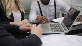 Mains de trois collègues multi-enthic qui travaillent dans le bureau banque de vidéos