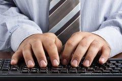 Mains de Typing Keyboard Desk d'homme d'affaires Photo stock