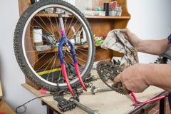 Mains de vélo chainring de nettoyage de mécanicien de bicyclette Image stock