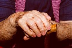 Mains de vieille dame avec le bâton de marche Photo libre de droits