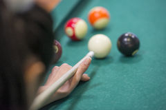 Mains de Woman's sur une table de billard Photographie stock libre de droits