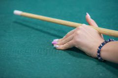 Mains de Woman's sur une table de billard Image stock