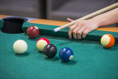 Mains de Woman's sur une table de billard Images stock