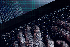 Mains de wordcloud de pirate informatique au travail sur un ordinateur portable Première vue de personne Images libres de droits