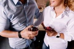Mains des ajouter aux verres de vin Photographie stock