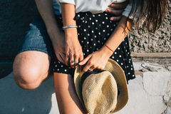 Mains des amants, étreintes Images libres de droits
