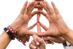 Mains des amis hippies montrant le signe de paix Images libres de droits