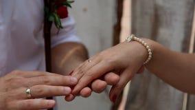 Mains des amoureux Équipez la main du ` s frottant une main du ` s de femme utilisant le bracelet antique banque de vidéos