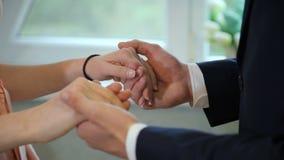 Mains des amoureux Les mains du couple du mariage chinois banque de vidéos