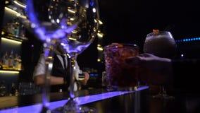 Mains des clients de barre prenant les cocktails préparés banque de vidéos