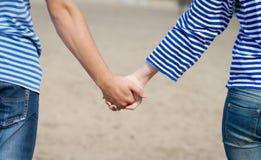 Mains des couples affectueux Images libres de droits