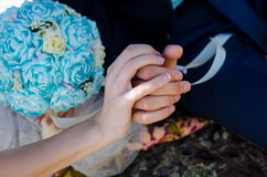 Mains des couples engagés - concept d'amour et d'engagement Photos stock