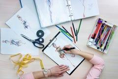 Mains des croquis de dessin de costumier images libres de droits
