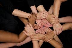 Mains des femmes de diversité travaillant coopérativement des mains aux coeurs photographie stock libre de droits