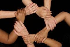 Mains des femmes de diversité travaillant coopérativement des mains aux coeurs photos stock