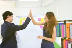 Mains des hommes d'affaires asiatiques donnant haut cinq après que réussi dans le bureau images stock