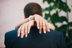 Mains des jeunes mariés photographie stock libre de droits