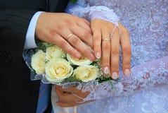 Mains des newlywedses Photos libres de droits