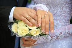 Mains des newlywedses. Images stock