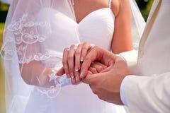 Mains des nouveaux mariés Images libres de droits