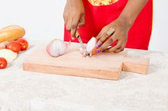 Mains des oignons de coupe de femme Image libre de droits