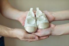 Mains des parents avec des butins Image libre de droits