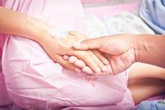 Mains des patients images stock