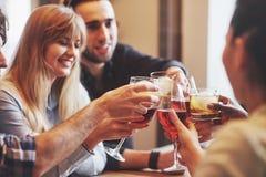 Mains des personnes avec des verres de whiskey ou de vin, célébrant et grillant en l'honneur du mariage ou de toute autre célébra Photographie stock