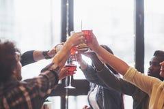 Mains des personnes avec des verres de whiskey ou de vin, célébrant et grillant en l'honneur du mariage ou de toute autre célébra Photographie stock libre de droits