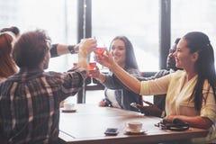Mains des personnes avec des verres de whiskey ou de vin, célébrant et grillant en l'honneur du mariage ou de toute autre célébra Photos libres de droits