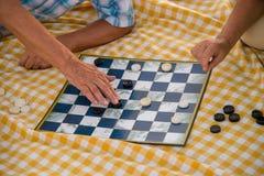 Mains des personnes jouant des contrôleurs Photo libre de droits