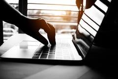 mains des pirates informatiques anonymes dactylographiant le code sur le clavier de l'ordinateur portable pour images libres de droits