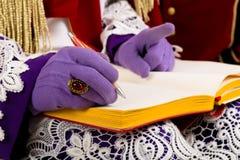 Mains des sinterklaas avec le livre image libre de droits