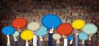 Mains diverses tenant les bulles colorées de la parole Photo libre de droits
