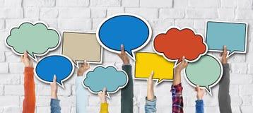 Mains diverses tenant les bulles colorées de la parole Image stock