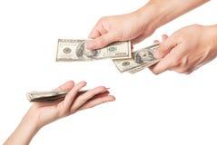 Mains donnant l'argent Photos libres de droits