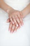 Mains douces de la jeune mariée Photos stock