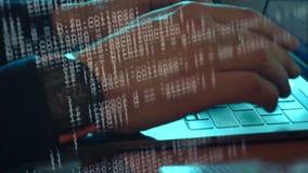 Mains du codage de pirate informatique ou de programmeur de l'homme sur l'ordinateur portable banque de vidéos