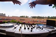 Mains du DJ au-dessus du moniteur du règlement des fréquences saines Le DJ au concert pour l'à télécommande image stock