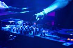 Mains du DJ sur l'équipement images libres de droits