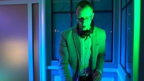 Mains du DJ sur la plate-forme d'équipement banque de vidéos