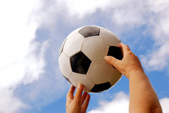 Mains du football Image stock