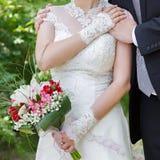 Mains du marié et de la jeune mariée Photographie stock libre de droits