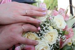 Mains du marié et de la jeune mariée Photo libre de droits