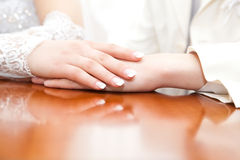 Mains du marié et de la mariée Photos libres de droits
