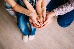 Mains du ` s d'enfants dans les mains des parents Plan rapproché de petit chil Images stock