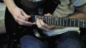 Mains du ` s d'hommes jouant la guitare soloe banque de vidéos