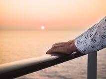 Mains du ` s d'hommes sur la balustrade photo stock