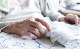 Mains du ` s de dame âgée Photographie stock libre de droits