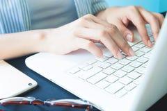 Mains du ` s de femme sur le clavier d'ordinateur portable, fonctionnement, technologie o photographie stock